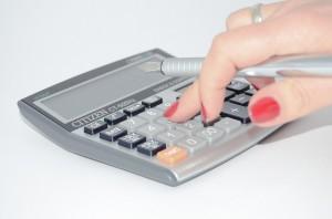 Mano con calculadora